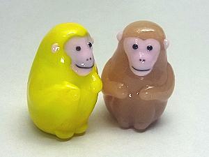 ひざを抱える猿2匹